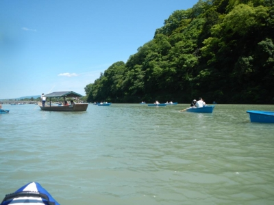 ゴールの嵐山は貸しボートでいっぱい