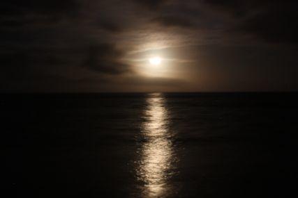 明石海岸月