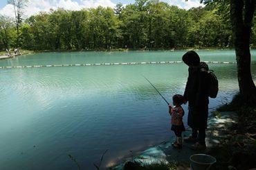 ニレ池で釣を楽しむ