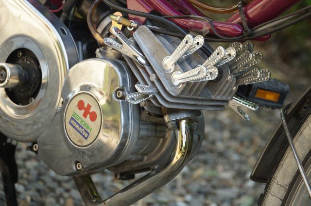 アルミの洗濯ばさみで放熱面積を増やした空冷エンジン