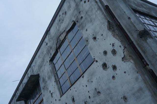 日立航空機立川工場変電所に残る機銃掃射痕