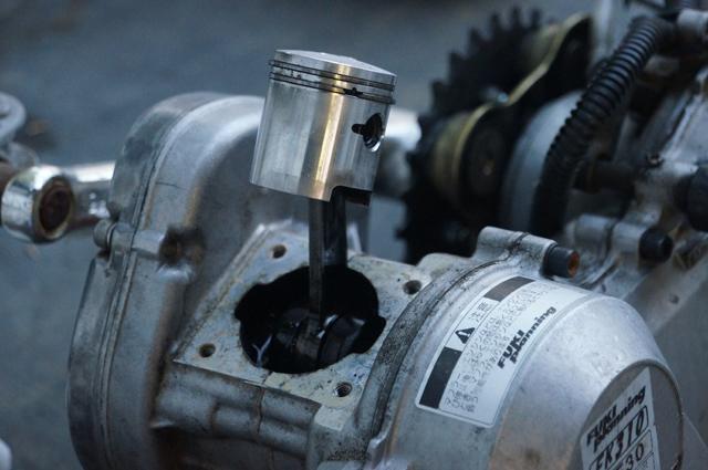 BE30 小松 ゼノア フキプランニング モペットFK310LA3のエンジンのピストン