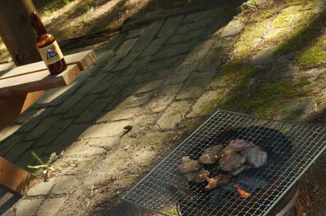 白馬で肉を焼く