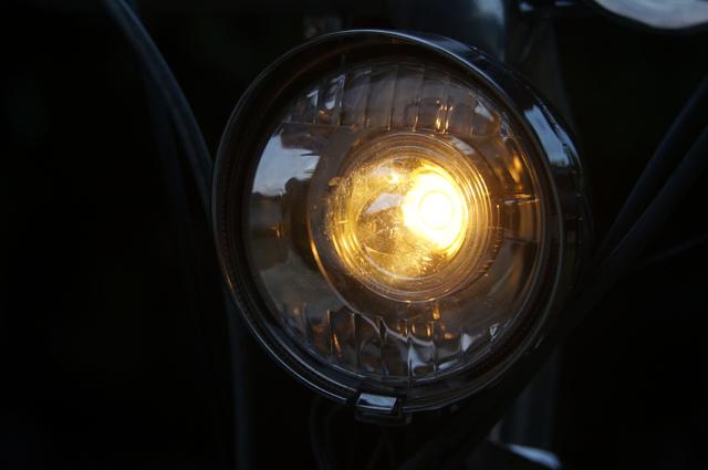 アイドリングで点灯中、モペットヘッドライト