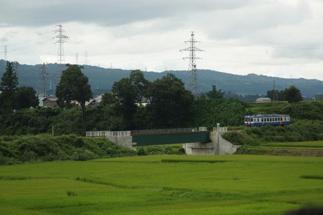 羽根川鉄橋に迫る、飯山線色のキハ110