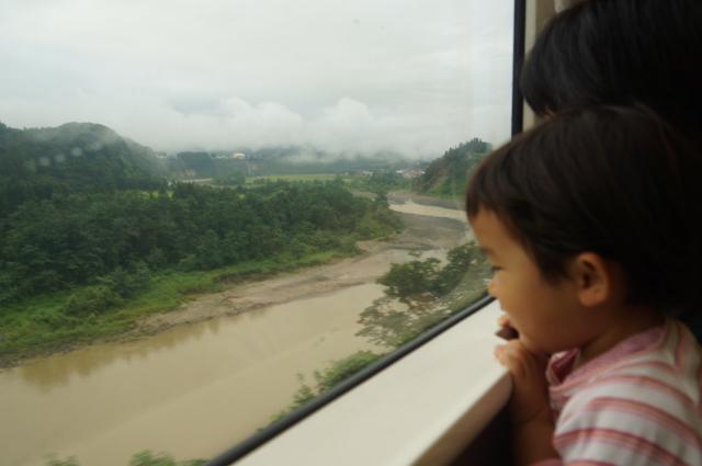 飯山線車内から信濃川を眺める