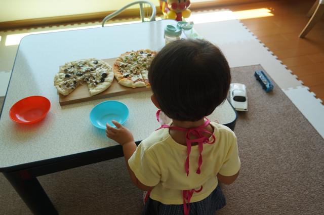ピザたれをつけたピザと、オイルサーディンとキノコとオリーブの実のピザ