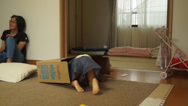 箱に入ろうとする子供