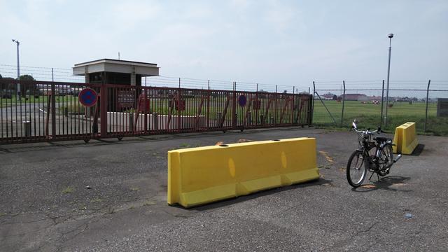 フキプランニングFK310 LAⅢ 、福生の横田基地の第18ゲート・サウスゲートにて