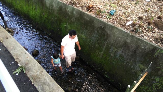 豊田用水の綺麗な冷たい水で遊ぶ