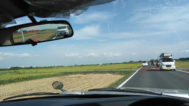 利根川痕の穀倉地帯の広い空の下を行く