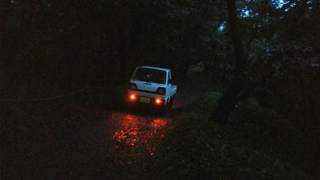 雨で滑りやすい坂で発進の様子を確かめるスズキキャリイ