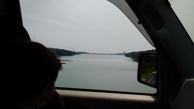 多摩湖を横目に