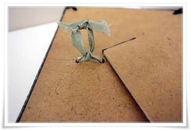 ダイソーさんの穴跡が目立たないピンフックで絵を飾る
