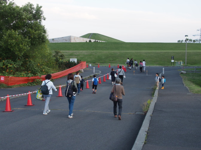 プレイマウンテン(手前・ピラミッド風の石造り・低い)とモエレ山(奥・高い)