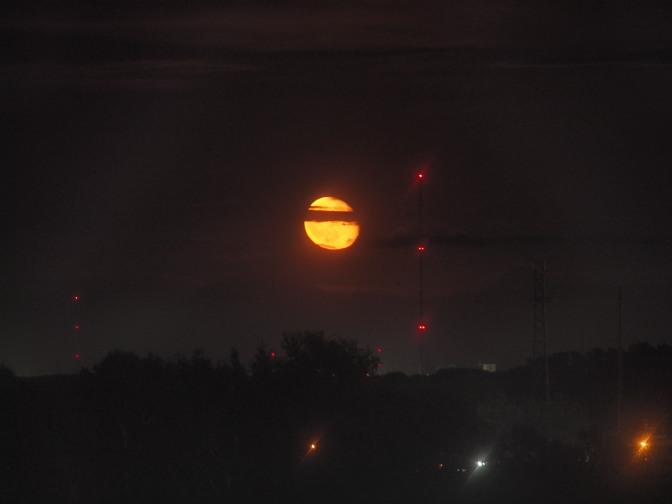 地平線付近にオレンジ色の大きな月