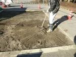 砂場表層の砂を集める