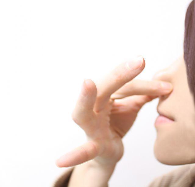 オナラ 鼻をつまむ 女性