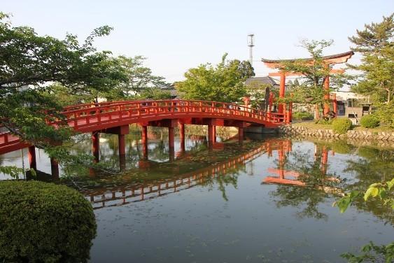 放生池と神路橋
