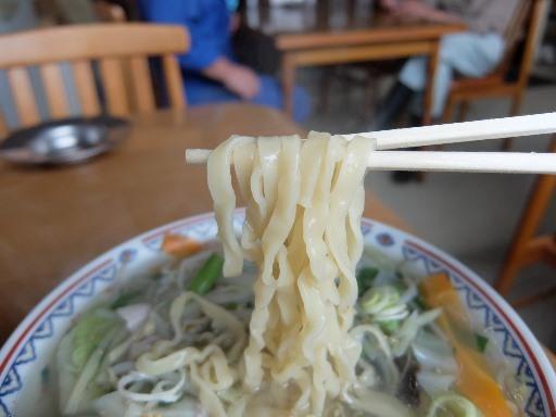 ウエーブした平打ちの太麺