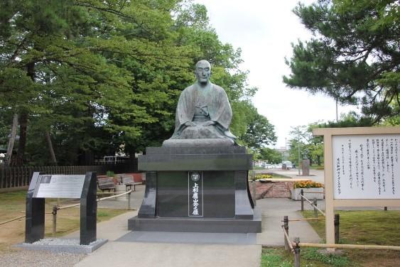 松岬神社横の上杉鷹山像
