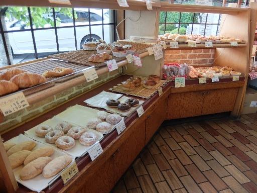 焼きたてパンが並ぶ店内