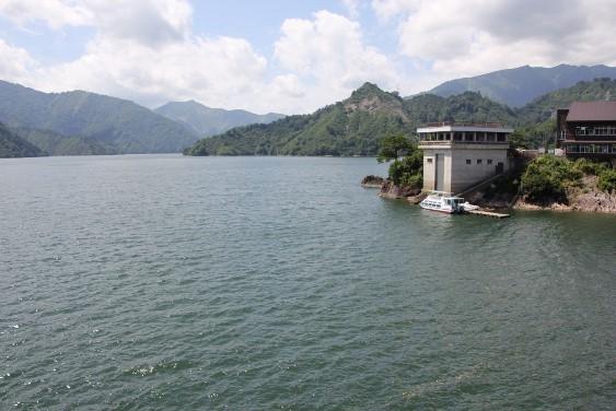 天端部からの田子倉湖