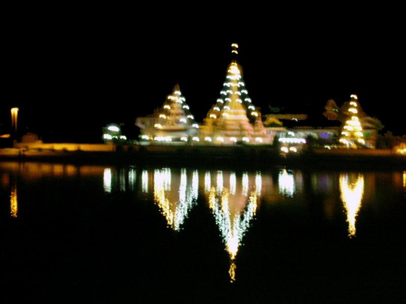湖畔のお寺