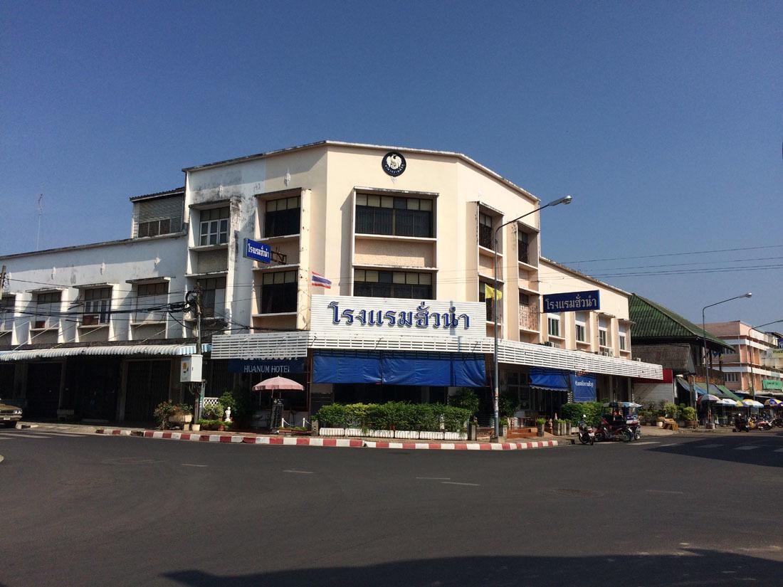 国境の街のホテル