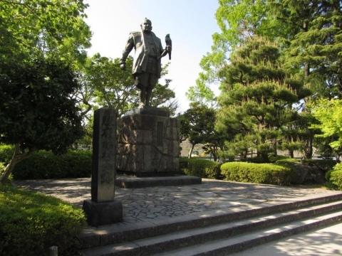 本丸跡の徳川家康像