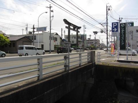 柳橋と草薙神社大鳥居
