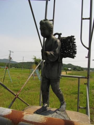 鷹泊小学校の二宮金次郎像