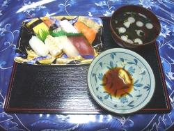 夕食は買ってきたにぎり寿司