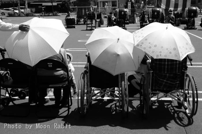 日傘と車椅子とこども  こどもの日キッズフェスティバル フジグラン西条