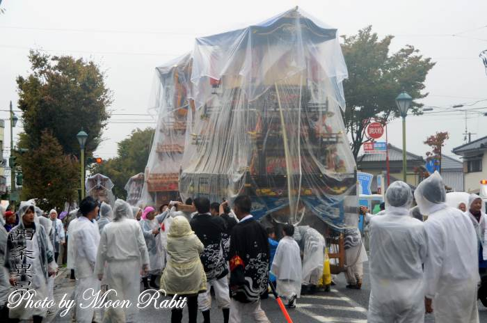 雨中の統一運行 常心上組だんじり(屋台)
