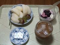 10/8 朝食 梨、巨峰、豆乳ヨーグルト、ベビーチーズ、アイスカフェオレ