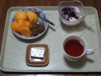 10/9 朝食 柿、巨峰、豆乳ヨーグルト、ベビーチーズ、生姜紅茶