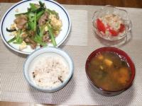 10/9 夕食 豚肉と小松菜の卵炒め、トマトと玉ねぎのサラダ、豆腐とわかめの味噌汁、雑穀ご飯