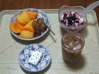 10/10 朝食 柿、巨峰、豆乳ヨーグルト、ベビーチーズ、アイスカフェオレ