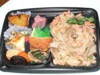 10/11 昼食 3種のキノコと紅鮭の炊き込みご飯弁当