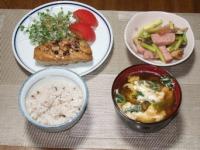 10/11 夕食 マグロのステーキ、ソーセージとアスパラのマヨ炒め、ニラと卵の味噌汁、雑穀ご飯