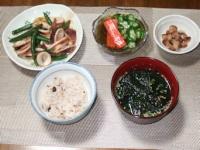 10/12 夕食 イカといんげんのオイマヨ炒め、もずく酢、煮豆、モロヘイヤ入りわかめスープ、雑穀ご飯