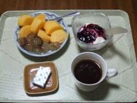 10/13 朝食 朝食 柿、巨峰、豆乳ヨーグルト、ベビーチーズ、コーヒー