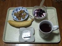 10/15 朝食 バナナ、巨峰、豆乳ヨーグルト、ベビーチーズ、コーヒー