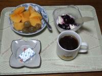 10/16 朝食 柿、巨峰、豆乳ヨーグルト、ベビーチーズ、コーヒー