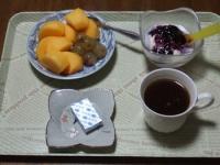 10/17 朝食 柿、巨峰、豆乳ヨーグルト、ベビーチーズ、コーヒー