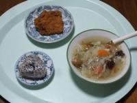 10/17 昼食 フライドチキン、野菜スープ(ウィンナー入り)、雑穀おにぎり