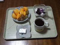 10/18 朝食 柿、巨峰、豆乳ヨーグルト、ベビーチーズ、コーヒー