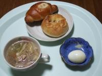10/19 昼食 鶏と野菜のスープ、塩バターパンベーコン入り、じゃがれん草パン、ゆで玉子
