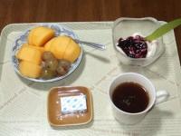 10/20 朝食 柿、巨峰、豆乳ヨーグルト、ベビーチーズ、コーヒー